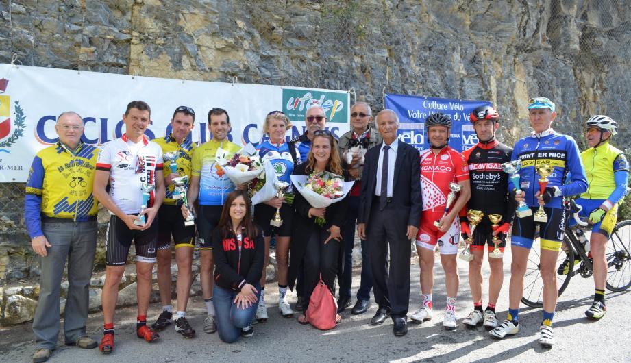 La remise des coupes en compagnie du maire, Charles Buerch. Ci-dessous : M. Herckel en compagnie du cycliste Vladimir Repnikof, 81 ans, qui est arrivé en 15e position.