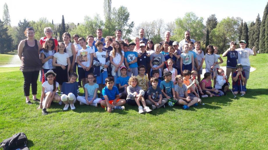 Un cadre golfique magnifique au programme des écoliers de la Tour. La première leçon a eu lieu en présence du maire d'Opio Thierry Occelli et de l'adjoint aux écoles et au sport, Gilles Dutto.(Ph. D.R.)