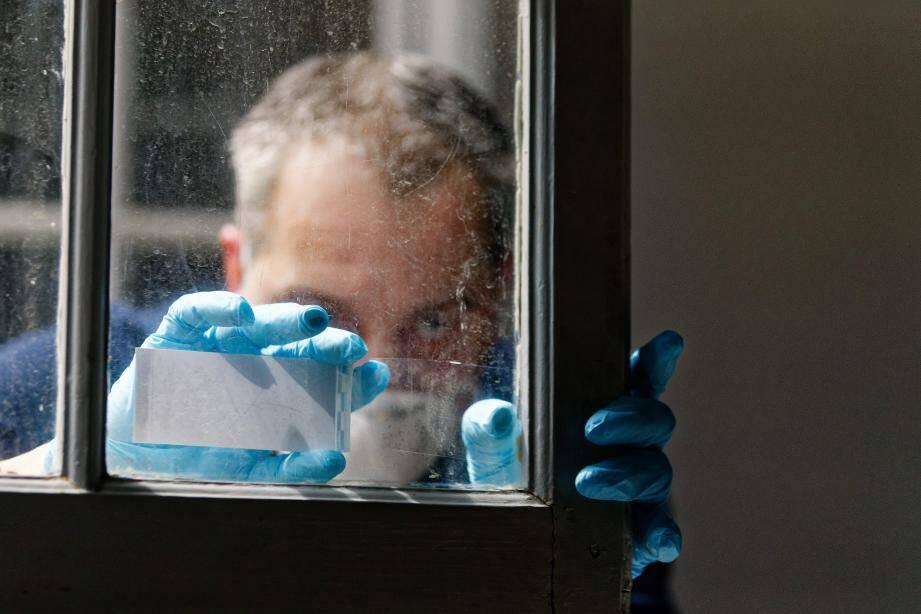 Le laboratoire de Marseille reçoit chaque mois 2200 affaires, toutes disciplines confondues. Des affaires de terrorisme, de règlements de compte, de viols... 145 personnes, dont deux tiers de policiers scientifiques (ingénieurs techniciens, agents spécialisés) y travaillent aux côtés de qualiticiens, informaticiens, administratifs, etc.