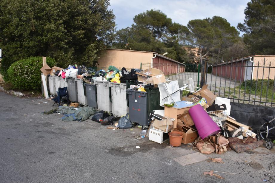 Les résidents de l'avenue Charles Frédéric Gerhardt attendent des solutions pour que cessent les dépôts sauvages à proximité de leurs habitations. Ci-dessous, l'état des conteneurs le 16 avril dernier.