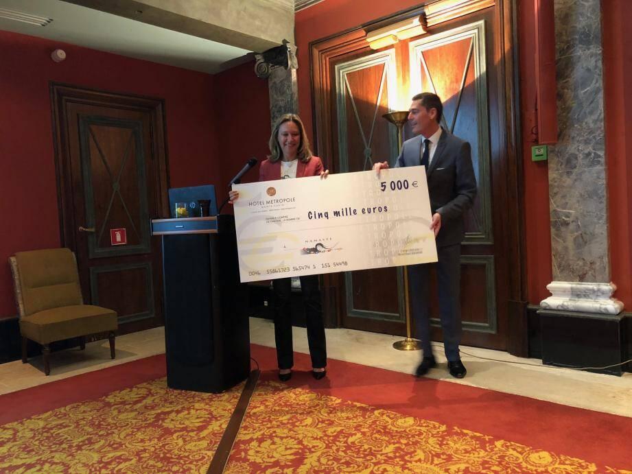 Nancy Dotta, présidente de Namaste, a reçu un don 5 000 euros de l'hôtel Métropole.