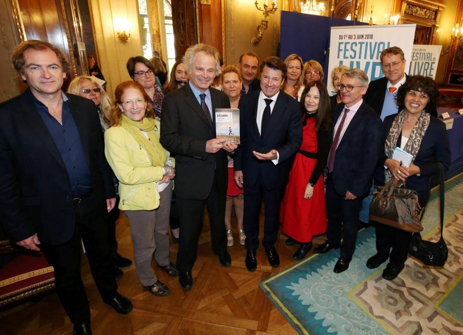 Christian Estrosi, Franz-Olivier Giesbert et les membres du jury du prix Nice Baie des anges, consacrent le dernier roman de Jean Siccardi, dont l'œuvre révoque certaines idées reçues sur son terroir.