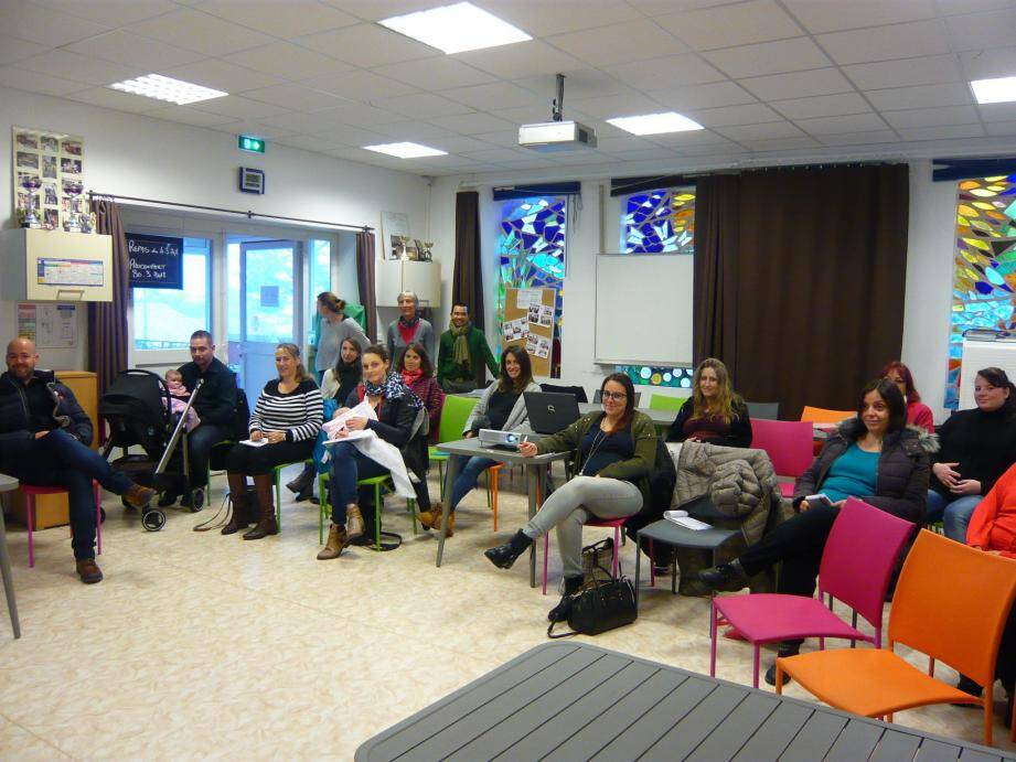 Jeunes parents et futurs parents attentifs aux interventions de chaque organisme.	(Pa.D.)