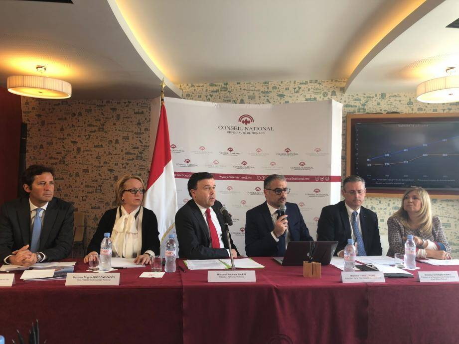 Première conférence de presse au Conseil national pour la nouvelle majorité Priorité Monaco. Et hier, la priorité, c'était le logement, pour Stéphane Valeri et les élus présents à ses côtés.