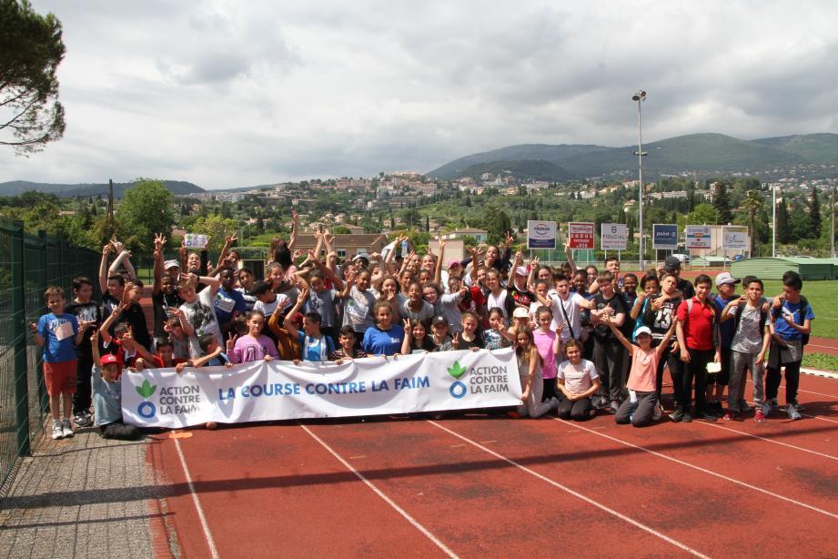 Les sixièmes du collège Carnot sur la piste d'athlétisme de Perdigon, juste après leur course.