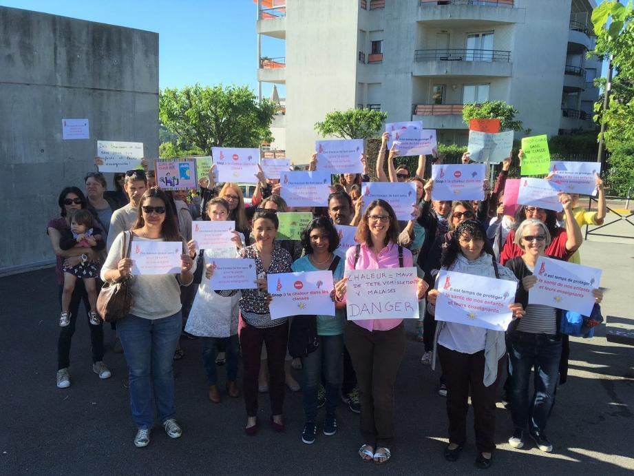 Mobilisation générale des parents d'élèves hier matin devant l'école Olivari.