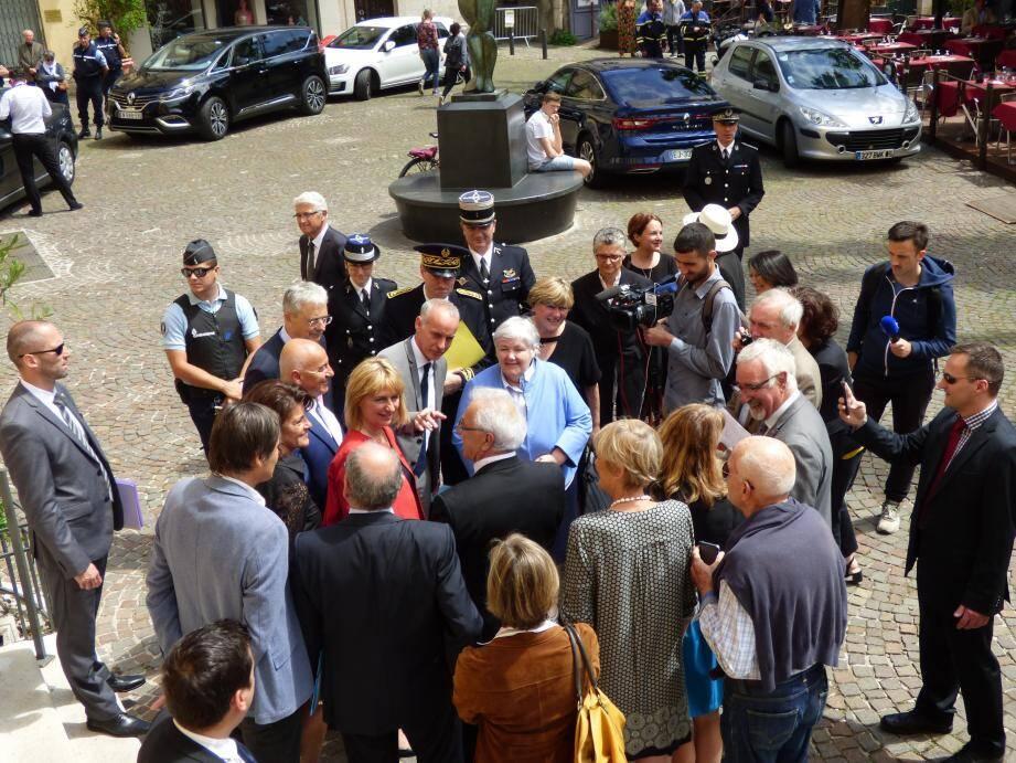 La ministre déléguée chargée des collectivités territoriales (en bleu) accueillie, hier, par Catherine Le Lan, maire, et Loïc Dombreval, ancien maire et député LREM.