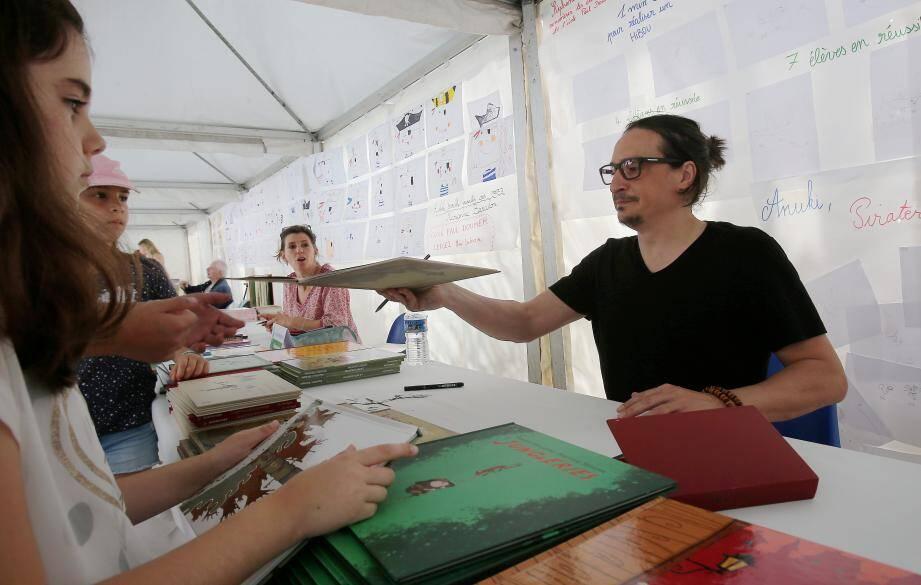 Des dédicaces dessinées avec Stéphane Sénégas, illustrateur dont le travail était également exposé au centre culturel.