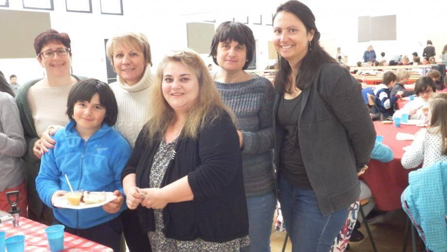 Le maire, Colette Fabron, Isabelle Lombard, conseillère municipale, en charge de l'enfance, Corinne Guillermain, infirmière, Sabine Rivas, directrice, Sabine Germond, institutrice, participent à la distribution du petit-déjeuner et aux explications. Ici, avec la jeune Isabelle.