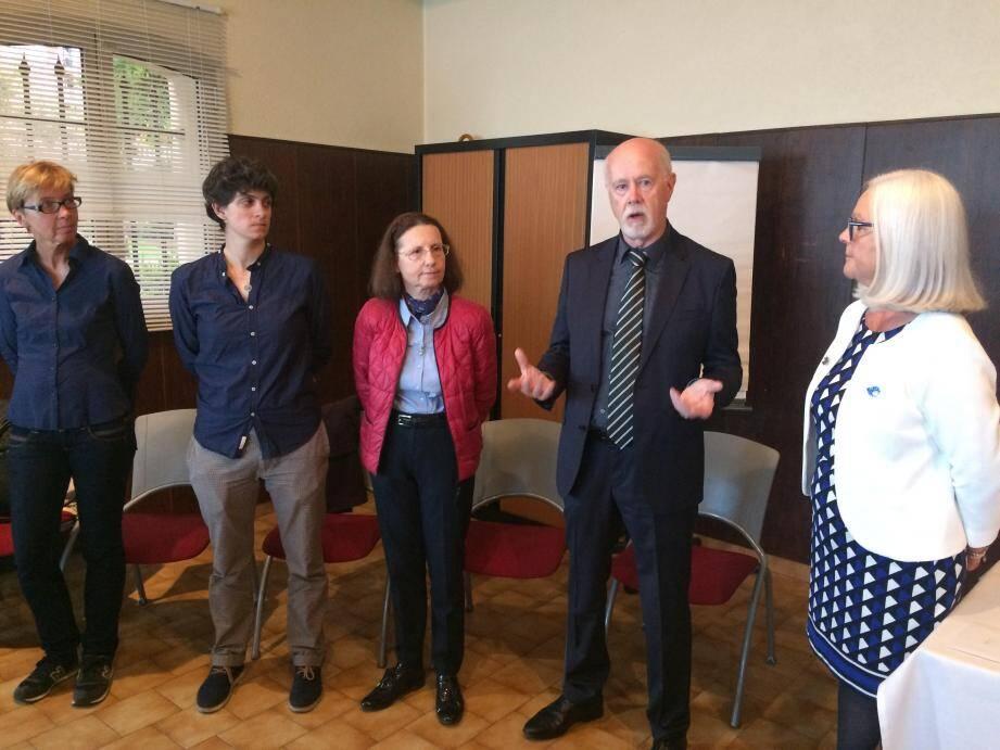 Mardi soir, le club Soroptimist de Menton a remis un chèque à la Ligue contre le cancer représentée par Alain Piriou (au centre).