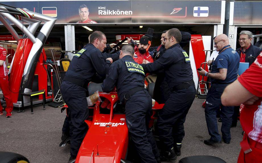 À cinq autour de ce tout petit habitacle, la manœuvre n'est pas aisée, mais les pompiers de Monaco ont assuré.