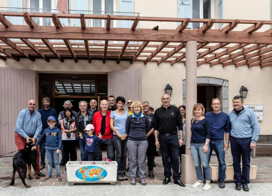 Le maire de Guillaumes, Jean-Paul David, aux côtés de la présidente et des membres de l'association de Cobaty Côte d'Azur.