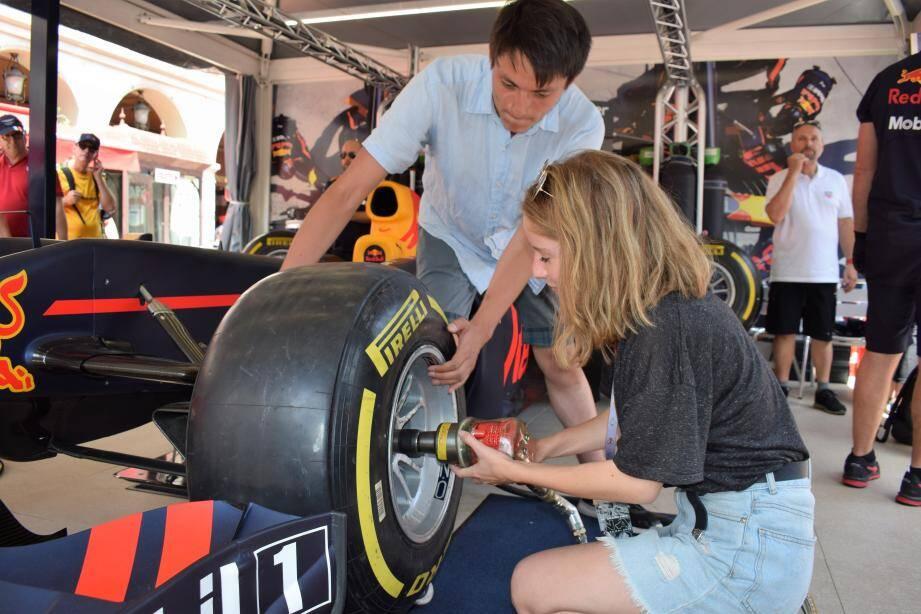Concentrés, nous n'avons que quelques secondes pour troquer le pneu usé pour le pneu neuf.
