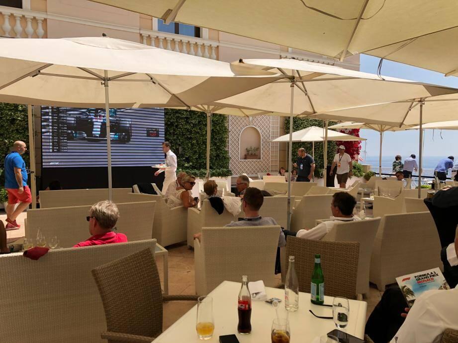Le Grand Prix dans le confort d'une terrasse avec l'écran pour les plans serrés, et la rambarde avec vue pour voir la course en vrai.