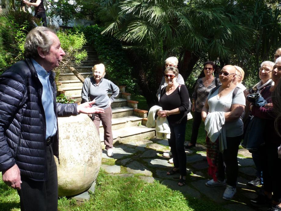 L'autre matin, François Mazet accueillait un groupe de femmes venues du Var pour découvrir  sa citronneraie, qui s'étend sur 22 000 m2.
