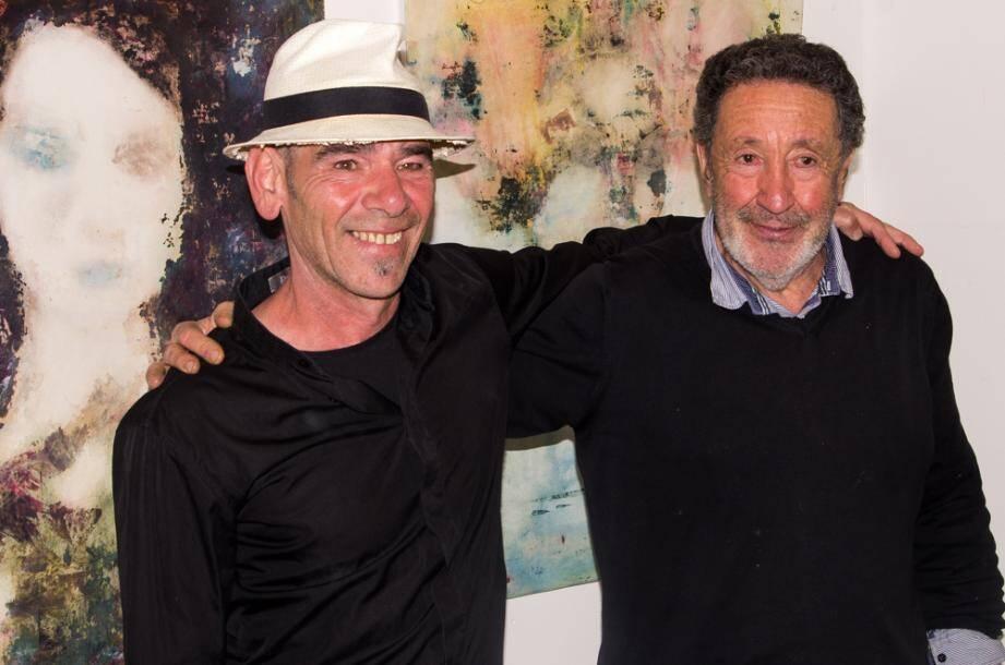 À gauche, une œuvre du peintre décédé en février, Carlos. À droite : Carlos avec le peintre Abdel-Waheb Mahiddine, lors du vernissage de ce dernier à Eze village en 2015. (DR)