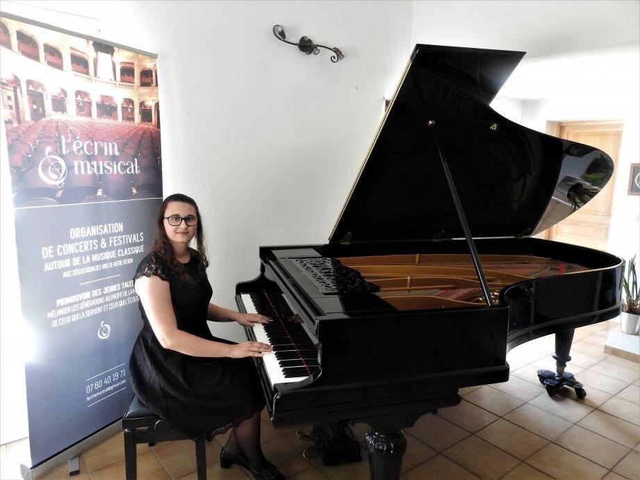 Mélanie Bracale joue six à quatorze heures par jour sur l'un de ses quatre pianos.