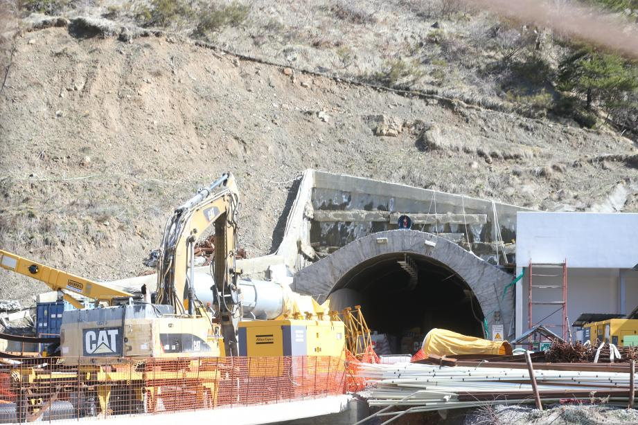 Au cœur des débats : les travaux du (nouveau) tunnel de Tende, à l'arrêt depuis presque un an (photo ci-dessus), et les problèmes rencontrés dans le tube préexistant, coupé 4 jours à la circulation début mai.(Ph C.D.)