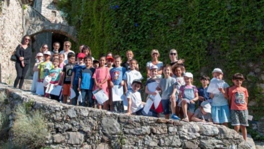 Les élèves ont suivi le chemin historique du village.