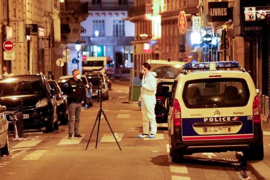 Une personne a été tuée et quatre autres blessées, dont deux grièvement, vers 21h00 en plein cœur de Paris.