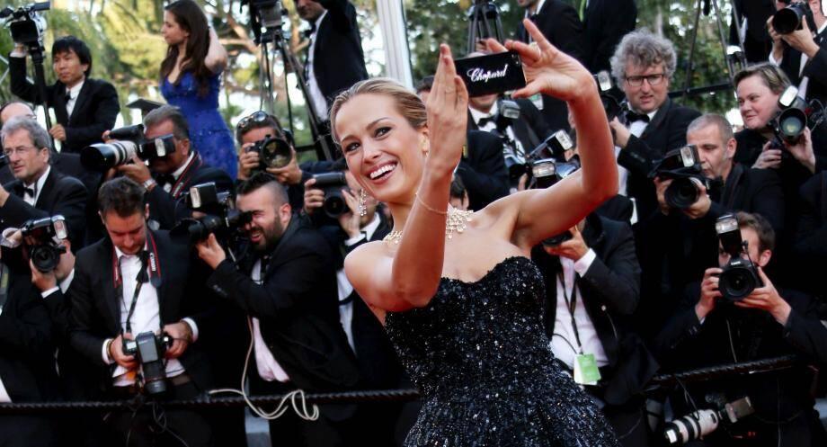 Petra Nemcova, une mannequin, se prend en selfie sur le tapis rouge du Festival de Cannes, le 20 mai 2014.