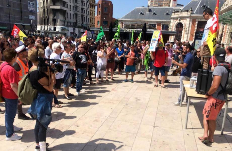 Réunis en AG devant la gare de Nice ce mardi, les cheminots ont reconduit la grève à une écrasante majorité.