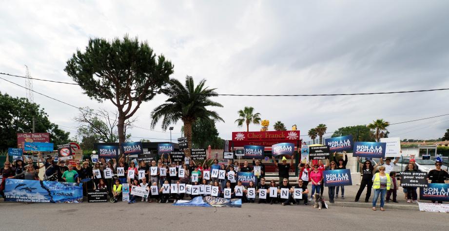 La manifestation a été suivie par une petite centaine de personnes.