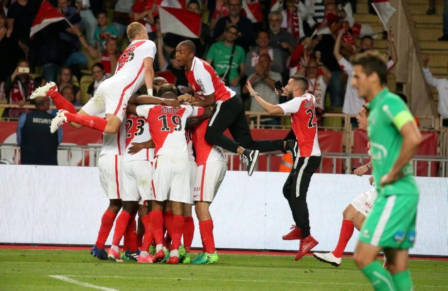 Les Monégasques au coup de sifflet final contre Saint-Etienne, l'an dernier, avec une victoire qui offre le titre de champion de France.