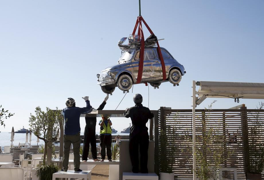 L'hélitransport de la sculpture de 500 kg s'est déroulé hier matin sur la plage du Larvotto.