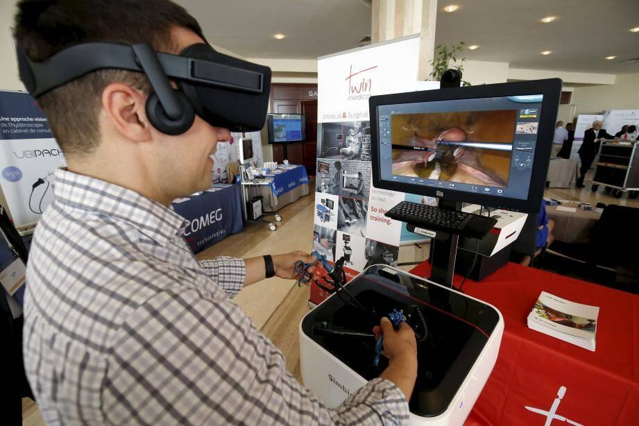 Les chirurgiens peuvent désormais s'entraîner avec un casque virtuel et être projetés, par exemple, sur un théâtre de guerre pour apprendre dans des conditions de stress extrêmes.