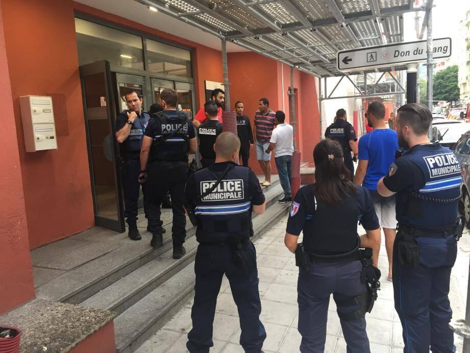Les forces de l'ordre devant l'entrée annexe de Nice TNL où l'agresseur s'était réfugié.
