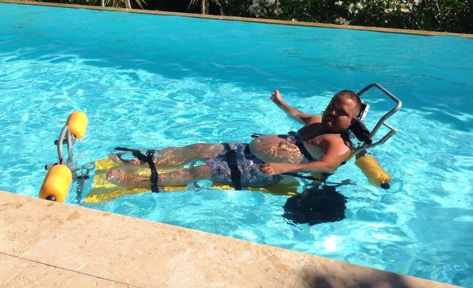 Tony Moggio s'entraîne à nager, à l'aide d'un équipement spécifique.