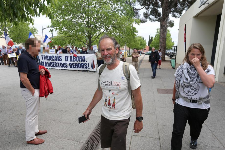Devant la gare des Arcs ce dimanche midi, les marcheurs étaient attendus par les militants du FN
