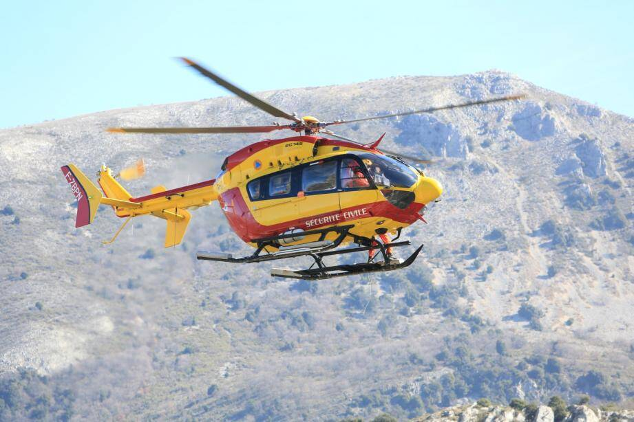 L'hélicoptère Dragon 06 de la Sécurité civile a déposé les secours avant de devoir rentrer à sa base en raison des mauvaises conditions météo dimanche.
