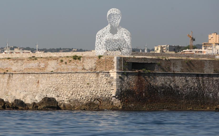 Une vue de la statue de Plensa au port d'Antibes.