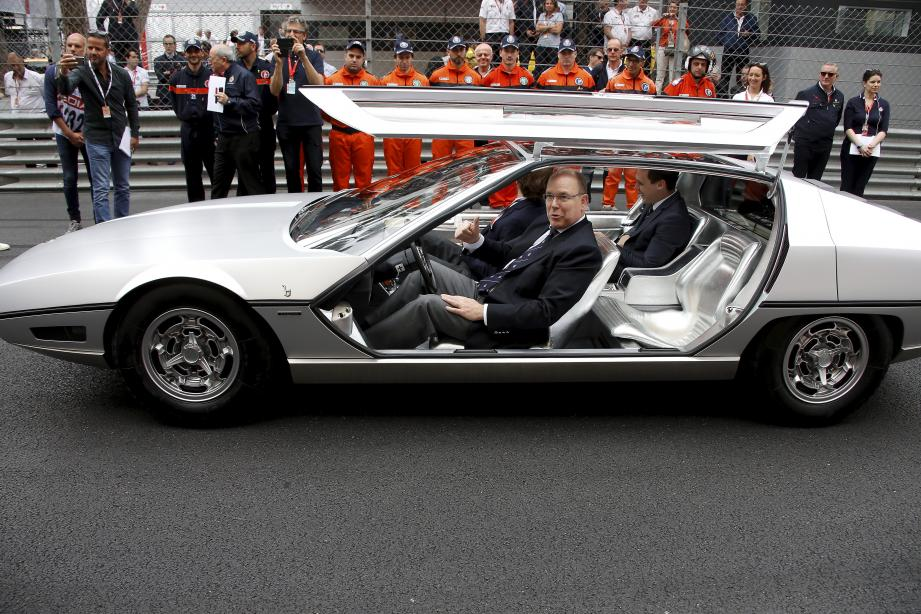 Le prince Albert II au volant de la Lamborghini Marzal, avec ses neveux Andrea et Louis.