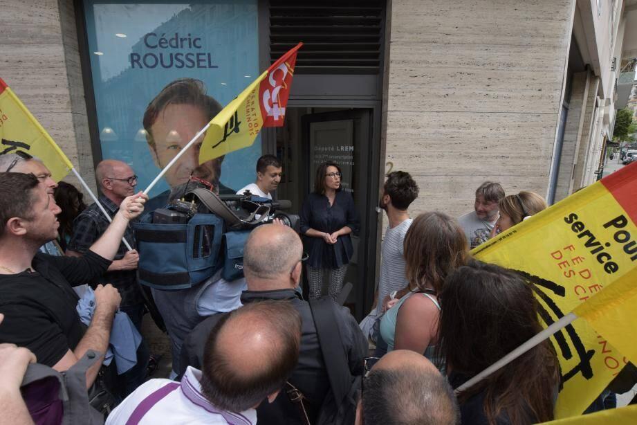 Cheminots en colère devant la permanence du député LREM de Nice.
