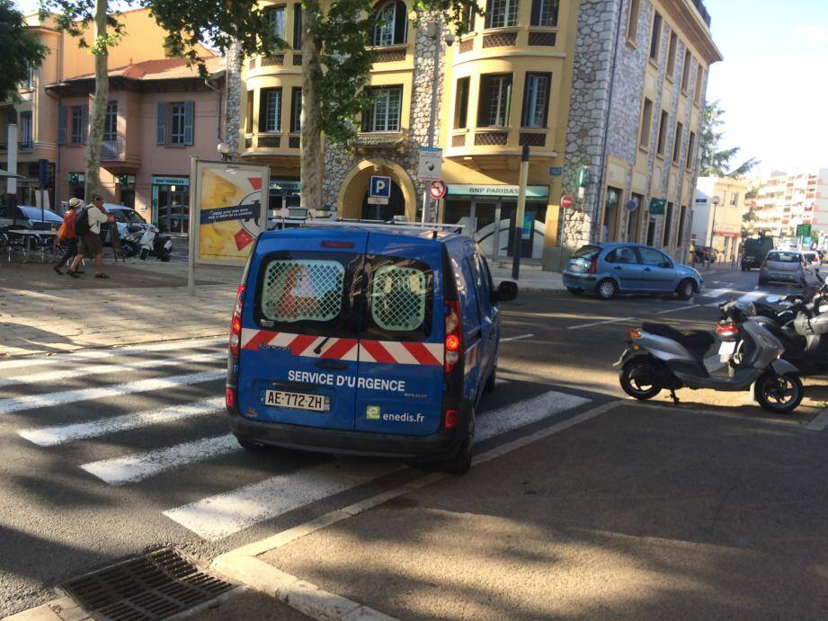 Les services techniques d'Enedis sur la place De Gaulle de Cagnes-sur-Mer, ce vendredi après-midi.
