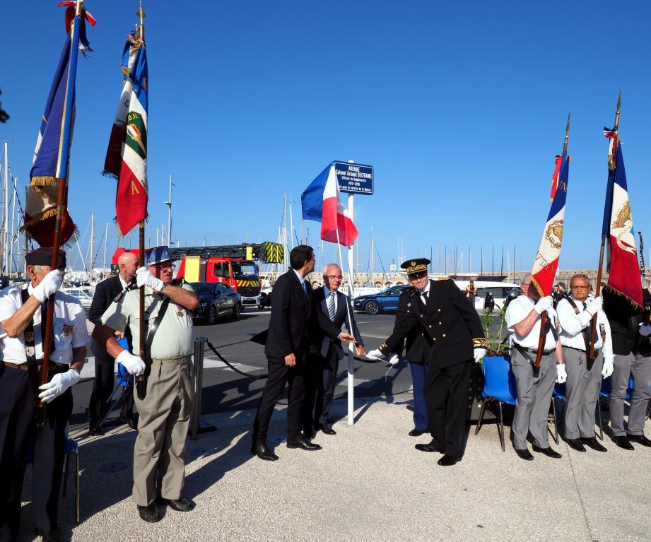 Le maire, le député et le sous-préfet de Grasse ont dévoilé une plaque avec le nom du colonel Arnaud Beltrame.