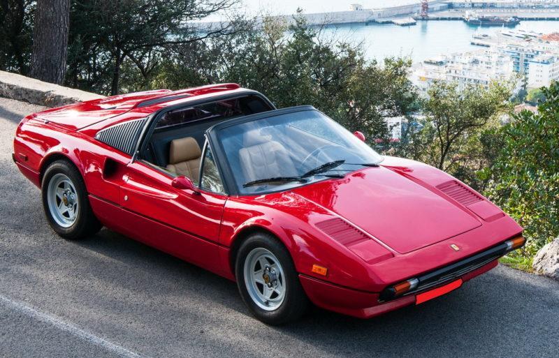 Moustache ou pas, la Ferrari de Magnum vous attend.