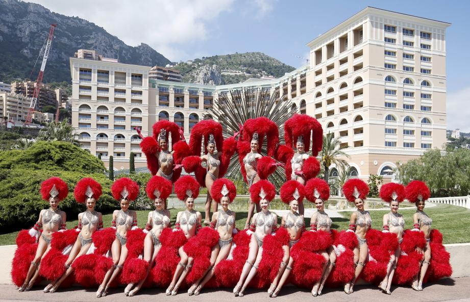 Les danseuses du Moulin Rouge se sont prêtées au jeu des photos pour Monaco-Matin. En coulisses, dans les loges et sur le parvis du Sporting.