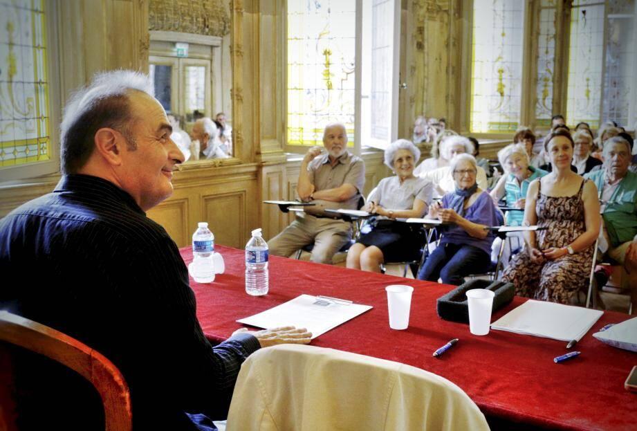 C'est l'écrivain Laurent Seksik, auteur notamment des Derniers jours de Stefan Zweig, qui a fait la première lecture aux candidats, âgé de 15 à 84 ans, de cette dictée truffée d'astuces.