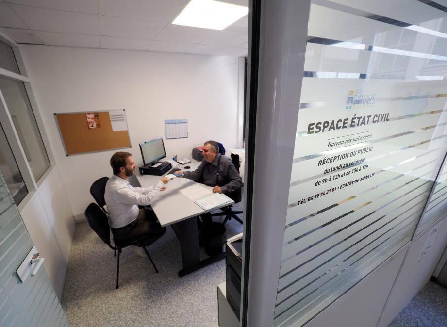 Deux bureaux de la mairie, intégrés dans l'hôpital, permettent d'effectuer des démarches de l'état civil en toute confidentialité.