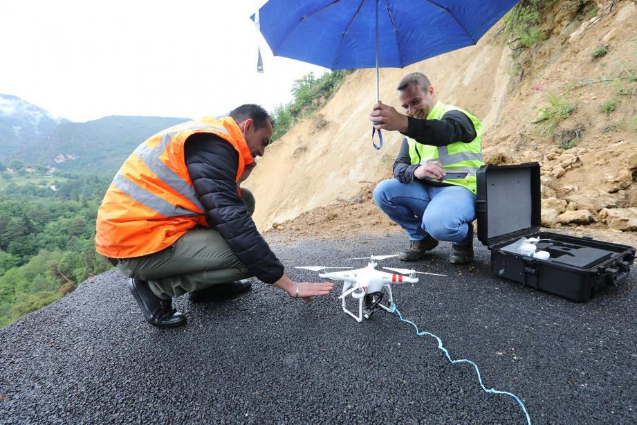 Avec patience et efforts, malgré la météo très pluvieuse, les techniciens d'Orange sont parvenus, hier, à raccorder les quartiers de Béroulf et Sainte-Sabine au réseau téléphonique en suspendant deux câbles au-dessus du vide grâce à l'utilisation d'un drone.
