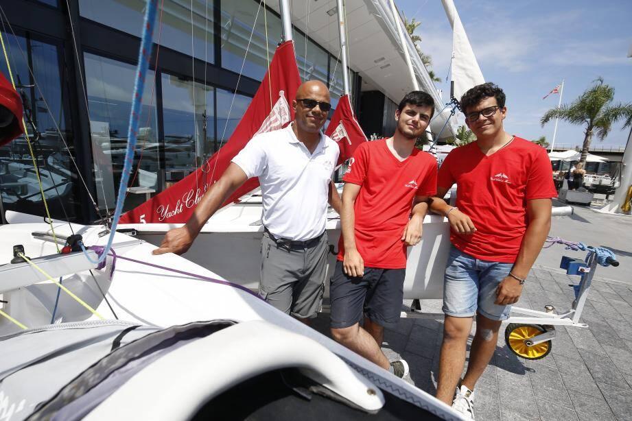 Avant de partir pour les championnats d'Europe de J70, Marco Stevenazzi, Alexandre et Rémi apprécient la venue de ces bateaux en Méditerranée.