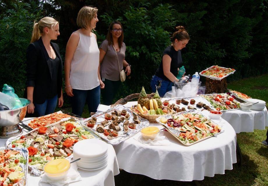 Pause buffet lors de la journée découverte de l'Unité de diététique, ou le plaisir gustatif fait partie intégrante du parcours du patient.