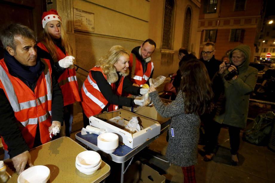 Les Anges gardiens de Monaco, bien connus pour leurs actions auprès des plus démunis dans les rues, ont fait un chèque de 7 700 euros pour payer une partie des arriérés de loyers.