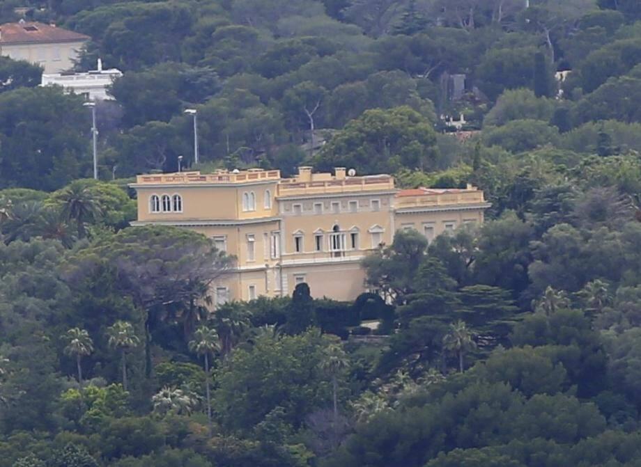La propriété sise avenue Denis-Siméria fait 1 672 m2 et est entourée de  14 hectares de jardin botanique.