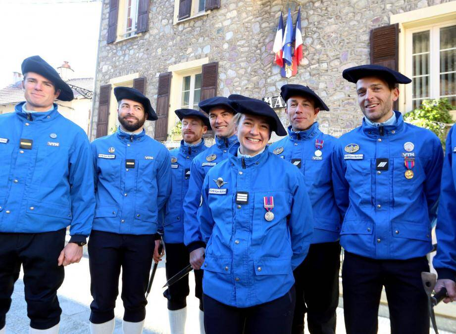 Sarah Chelpi entourée de son équipe à Saint-Sauveur-sur-Tinée lors de la prise de ses fonctions en 2017