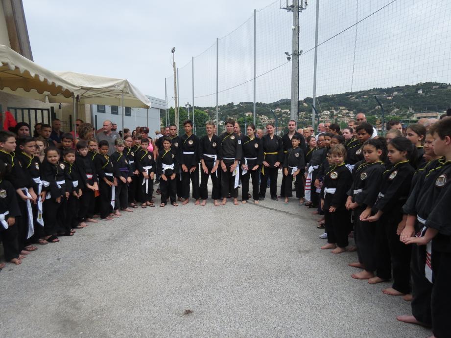 Les enfants du Camo ont rendu hommage à Robert Gramondi en faisant le salut traditionnel.